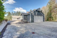 Grande casa de um só andar exterior com tapume cinzento fotos de stock royalty free