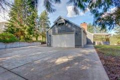 Grande casa de um só andar exterior com tapume cinzento foto de stock royalty free