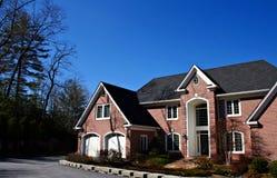 Grande casa del mattone con il doppio garage Fotografie Stock Libere da Diritti