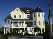 Grande casa del paese vicino alla spiaggia Immagini Stock Libere da Diritti