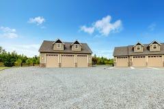 Grande casa di campagna dell'azienda agricola con la strada privata della ghiaia ed il paesaggio verde. Fotografie Stock Libere da Diritti