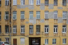 Grande casa di città con le pareti intonacate Fotografie Stock