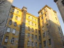 Grande casa di città gialla con le pareti intonacate Immagini Stock Libere da Diritti
