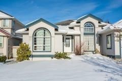 Grande casa di lusso con l'iarda anteriore in neve Fotografia Stock