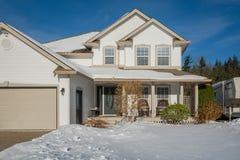 Grande casa di lusso con l'iarda anteriore in neve Immagine Stock Libera da Diritti