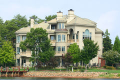 Grande casa do lago Imagens de Stock Royalty Free
