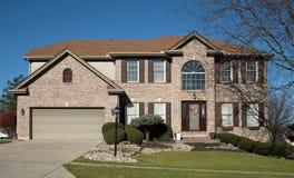 Grande casa do tijolo com janela arqueada Fotografia de Stock Royalty Free
