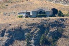 Grande casa em um monte Fotos de Stock Royalty Free