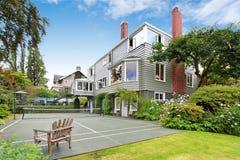 Grande casa moderna com campo de tênis Bens imobiliários de Tacoma imagens de stock