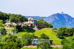 Grande casa nos montes da área de San Francisco Bay sul, montagem Umunhum no fundo; San Jose, Santa Clara County, foto de stock royalty free