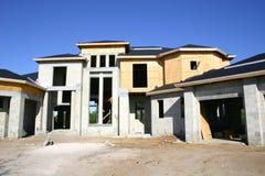 Grande casa sob a construção fotos de stock