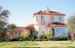 Grande casa spagnola di stile immagini stock libere da diritti