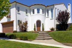 Grande casa spagnola di stile con una torretta Fotografia Stock Libera da Diritti