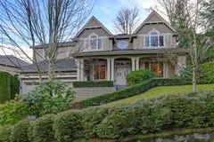 Grande casa splendida dell'artigiano con esterno grigio di legno immagine stock libera da diritti