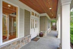 Grande casa splendida dell'artigiano con il portico coperto adorabile fotografie stock