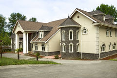 Grande casa su ordinazione moderna immagine stock