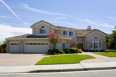 Grande casa suburbana lussuosa per l'esecutivo con una famiglia Fotografia Stock