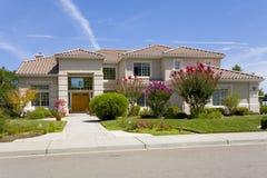Grande casa suburbana lussuosa per l'esecutivo con una famiglia Immagini Stock