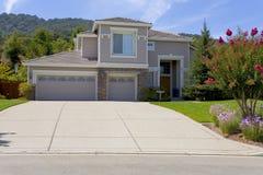 Grande casa suburbana lussuosa per l'esecutivo con una famiglia Fotografia Stock Libera da Diritti