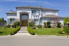 Grande casa suburbana lussuosa per l'esecutivo con una famiglia Immagini Stock Libere da Diritti