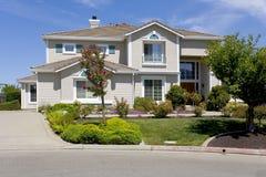 Grande casa suburbana lussuosa per l'esecutivo con una famiglia Immagine Stock