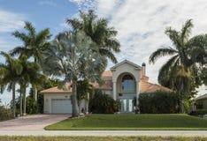 Grande casa tropicale rosa e gialla con la strada privata circolare immagini stock libere da diritti
