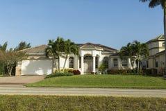 Grande casa tropicale rosa e gialla con la strada privata circolare fotografie stock libere da diritti