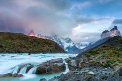 Grande cascada de Salto en el parque nacional de Torres del Paine fotos de archivo