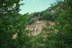 Grande cascade à écriture ligne par ligne dans la forêt Photographie stock