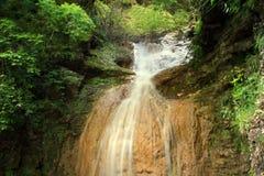 Grande cascade à écriture ligne par ligne dans la forêt Image stock