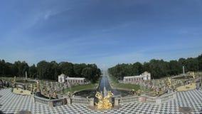 Grande cascade célèbre, Samson et la fontaine de lion dans Peterhof, St Petersbourg, Russie banque de vidéos