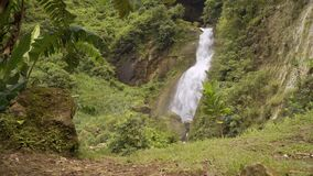 Grande cascade dans Kebumen banque de vidéos