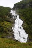 Grande cascade dans montagneux et des surfaces boisées photographie stock libre de droits
