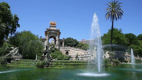 Grande cascade de fontaine en parc de la citadelle à Barcelone banque de vidéos