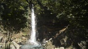 Grande cascata bianca archivi video