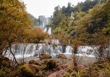 Grande cascata con la sensibilità di autunno Fotografia Stock