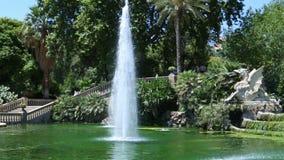 Grande cascata della fontana in parco della cittadella a Barcellona video d archivio