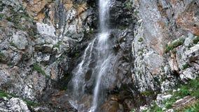 Grande cascata della montagna archivi video