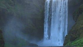 Grande cascata Skogafoss nel sud dell'Islanda vicino alla città di Skogar archivi video