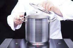 Grande casserole pour faire cuire des pâtes photo libre de droits
