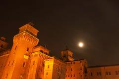 Grande castello alla notte nella città di Ferrara, Italia Immagini Stock