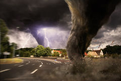 Grande catastrophe de tornade sur une route illustration de vecteur