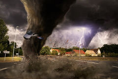 Grande catastrophe de tornade sur une route illustration stock