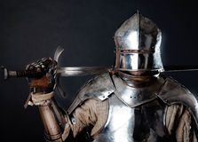 Grande cavaleiro que prende sua espada fotografia de stock
