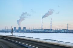 Grande central elétrica hidroelétrico no horizonte imagens de stock royalty free