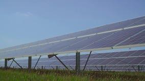 Grande centrale solaire sur le pré clips vidéos