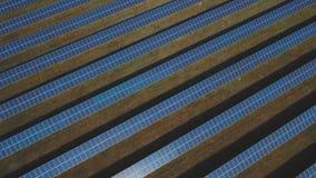 Grande centrale solaire Tiré sur le bourdon banque de vidéos