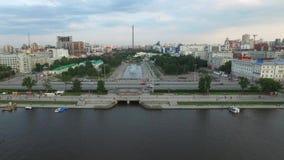 Grande centro da cidade moderno visto de cima de Bonito da cidade da opinião aérea de Yekaterinburg com rio, Rússia filme