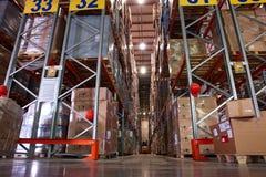 Grande centro moderno di logistica del magazzino Fotografie Stock