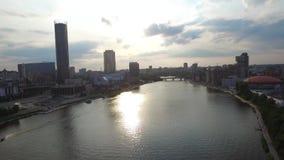 Grande centro urbano moderno osservato da sopra Bello della città di vista aerea di Ekaterinburg con il fiume, Russia stock footage